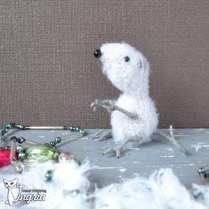 Мышь белая вязаная